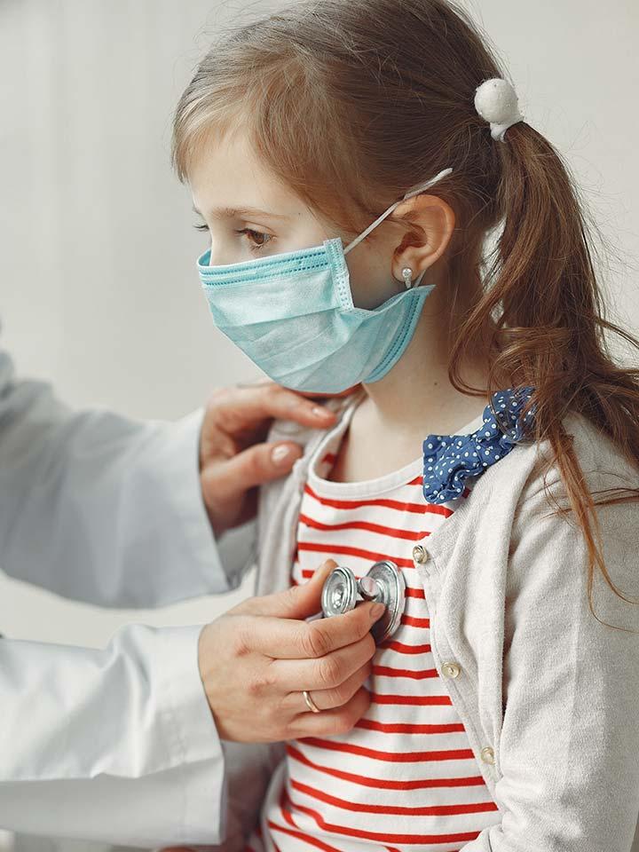 niña en revisión medica
