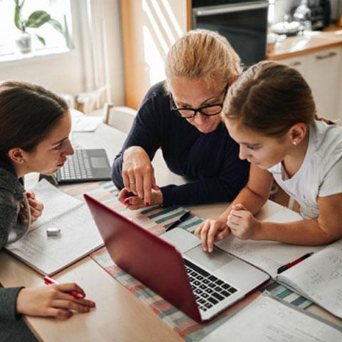 abuelita y nietas en laptop