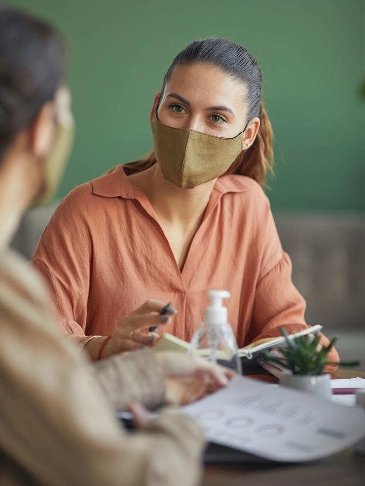 Terapeuta usando mascarilla
